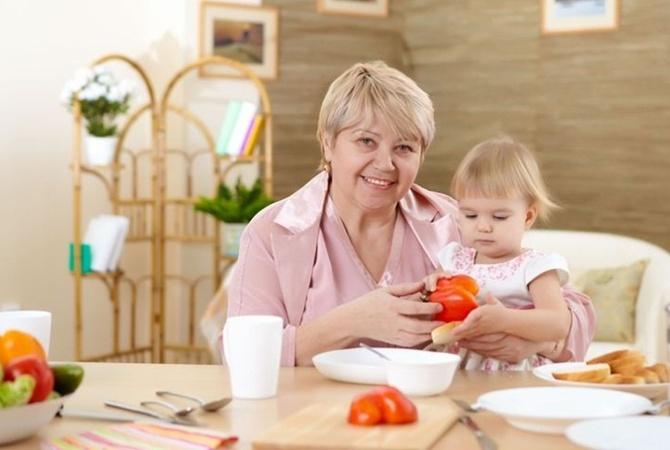 Няня и ребенок за столом