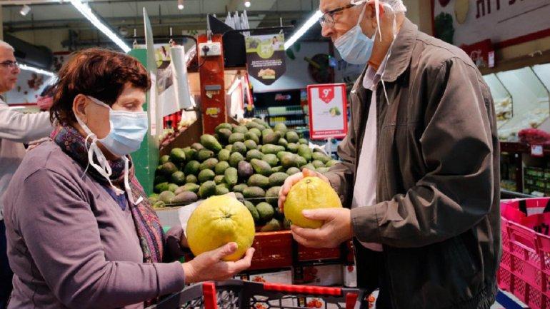 Пенсионеры в масках в магазине
