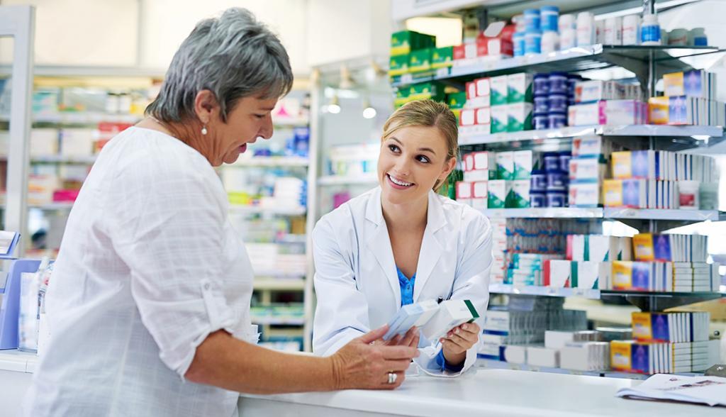 Фармацевт и покупатель в аптеке